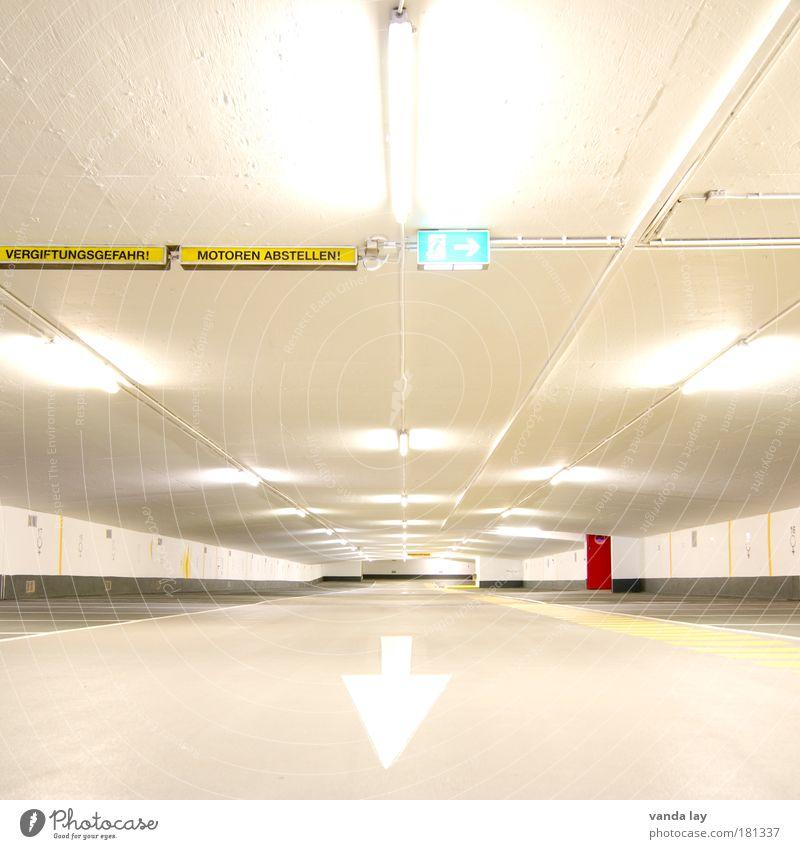 Motoren abstellen! Stadt Menschenleer Parkhaus Bauwerk Gebäude Architektur Straße Zeichen Verkehrszeichen Linie Pfeil Streifen Notausgang rot hell vergiftet