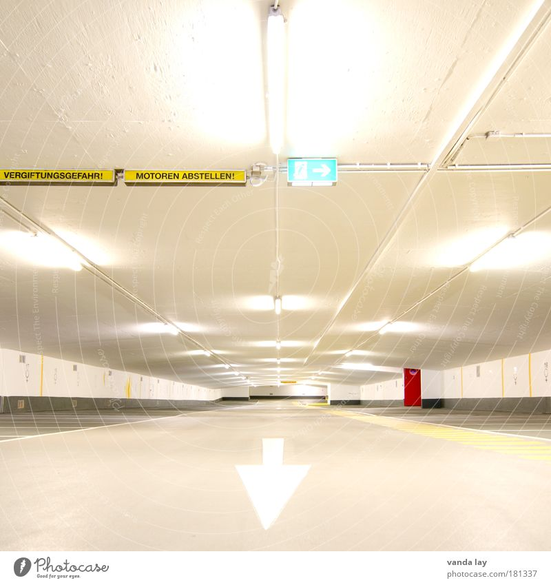Motoren abstellen! weiß Stadt rot Straße Gebäude Linie hell Architektur Tür Streifen Pfeil Zeichen Hinweisschild Bauwerk