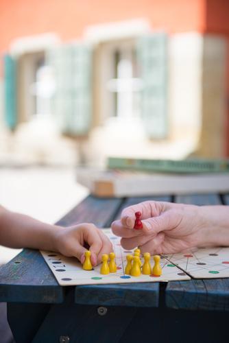 Die rote Figur Mensch Kind Hand Freude gelb Leben sprechen Senior Spielen Feste & Feiern Freizeit & Hobby Kraft Erfolg Fröhlichkeit lernen