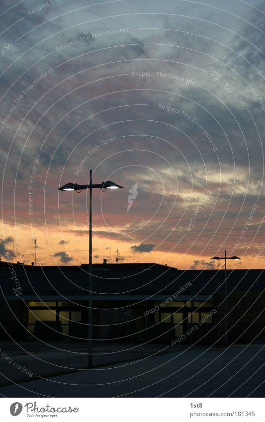 Feierabend Stadt Wolken Haus Herbst Architektur Gebäude Wetter Horizont Fassade Platz Verkehr Güterverkehr & Logistik Sehnsucht Neugier Dorf Flughafen
