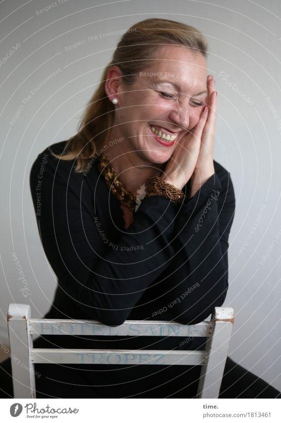 Yvonne Stuhl Raum feminin 1 Mensch Pullover Schmuck Ohrringe blond langhaarig Erholung lachen Fröhlichkeit Glück lustig schön Lebensfreude Leidenschaft