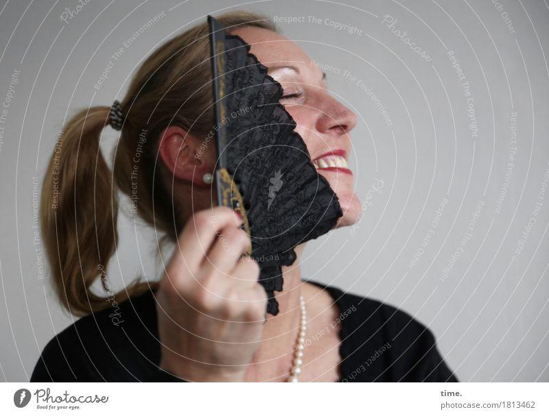 Yvonne feminin 1 Mensch Schmuck Halskette Fächer blond langhaarig Zopf festhalten genießen Lächeln lachen träumen schön Freude Glück Fröhlichkeit Zufriedenheit