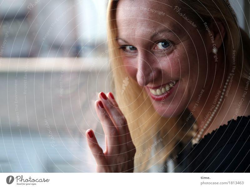 Yvonne feminin 1 Mensch Architektur Schmuck blond langhaarig beobachten festhalten Lächeln lachen Blick Freundlichkeit Fröhlichkeit Glück schön Lebensfreude