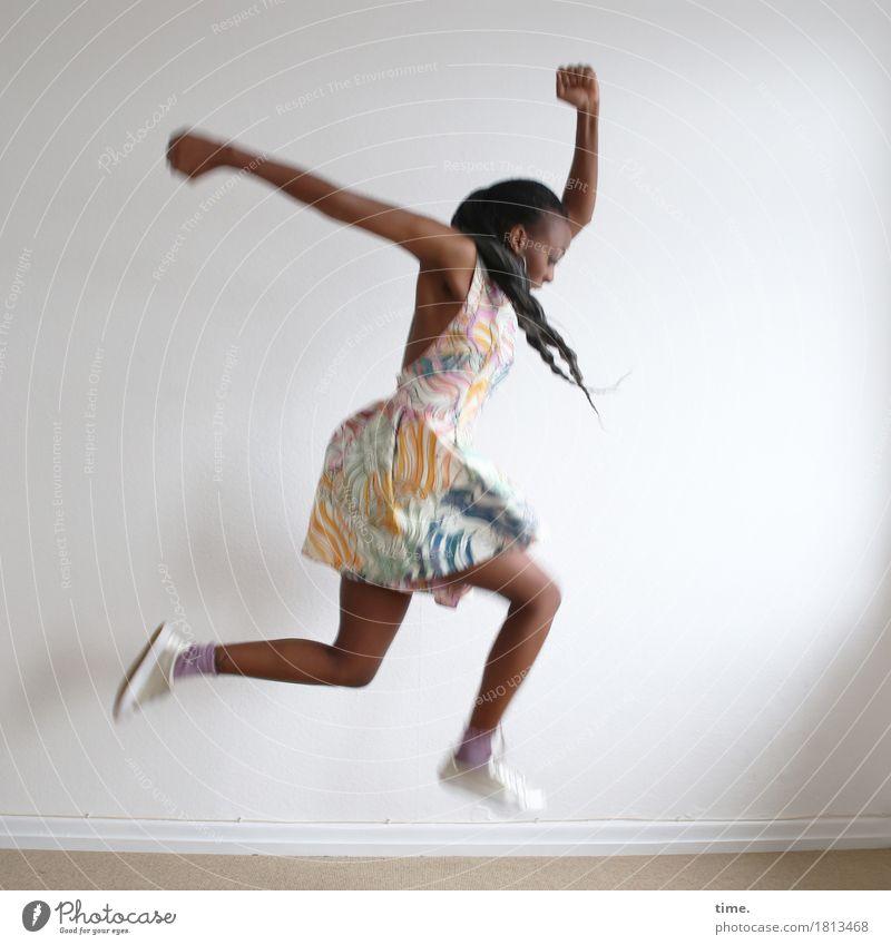 . Raum feminin Frau Erwachsene 1 Mensch Kleid Turnschuh schwarzhaarig langhaarig Zopf Afro-Look Bewegung Fitness laufen springen Tanzen schön wild Freude