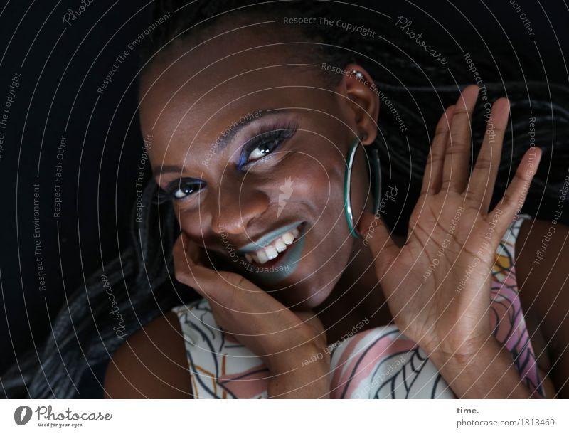 . Mensch schön Erholung Freude Leben feminin lachen Glück Zufriedenheit Fröhlichkeit Lächeln Lebensfreude beobachten Freundlichkeit Kleid Vertrauen