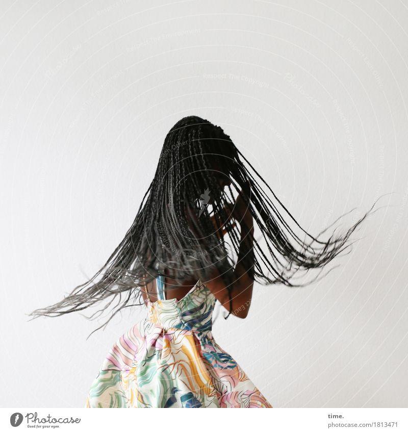. feminin 1 Mensch Kunst Tanzen Tänzer Kleid Haare & Frisuren schwarzhaarig langhaarig Rastalocken Bewegung drehen festhalten ästhetisch frisch schön Freude