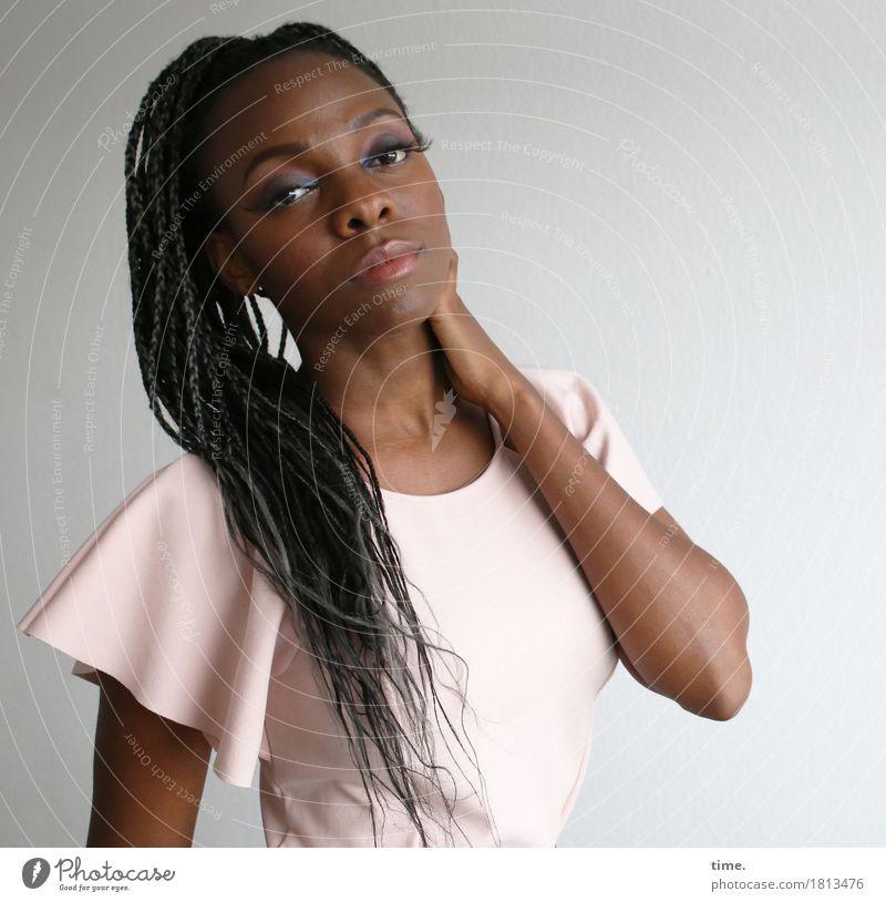 . Mensch Frau schön Erwachsene Leben feminin Haare & Frisuren Denken warten beobachten Coolness Neugier festhalten Kleid Gelassenheit Leidenschaft