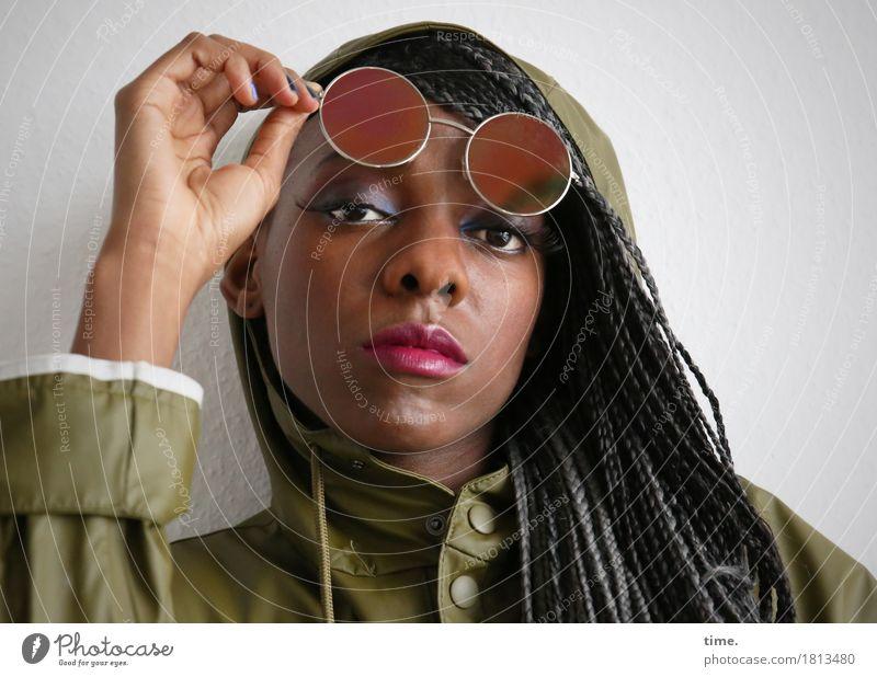 Tash feminin 1 Mensch Mantel Regenmantel Sonnenbrille schwarzhaarig langhaarig Rastalocken beobachten Denken Blick warten schön selbstbewußt Coolness