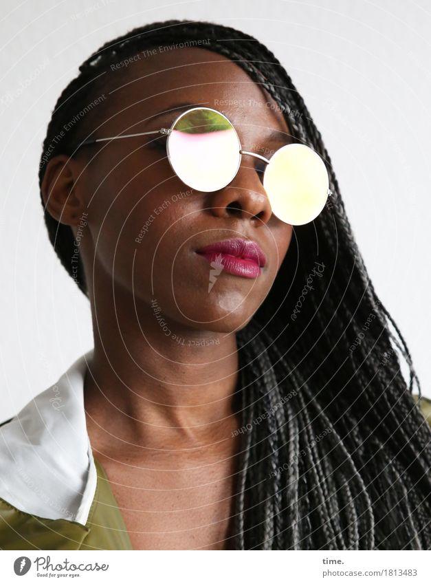 . feminin 1 Mensch Mantel Brille Haare & Frisuren schwarzhaarig grauhaarig langhaarig Rastalocken beobachten Blick Coolness schön selbstbewußt Willensstärke