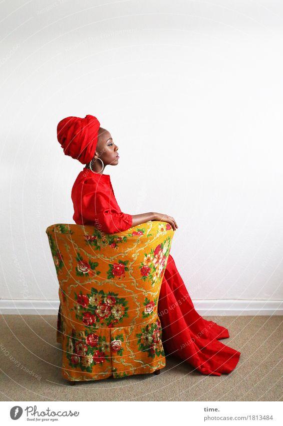 . Sessel Raum feminin Frau Erwachsene 1 Mensch Kleid Schmuck Turban sitzen schön selbstbewußt Coolness Wachsamkeit Stolz Inspiration Zeit Farbfoto Porträt