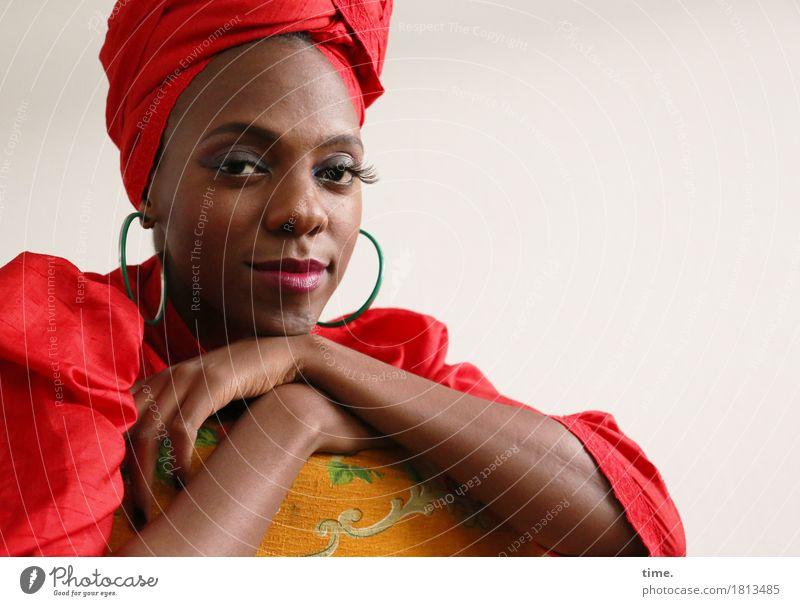 . Mensch schön ruhig Leben feminin außergewöhnlich Zeit Zufriedenheit elegant sitzen authentisch Lebensfreude beobachten festhalten Kleid Gelassenheit