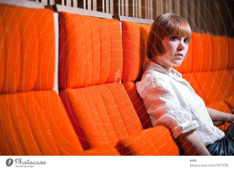unterbrechung in der vorlesungsfreien zeit Mensch Jugendliche weiß schön rot ruhig Porträt feminin Frau Erwachsene Bildung warten sitzen elegant natürlich