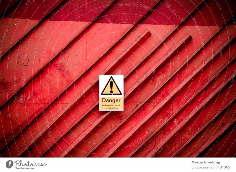 Demolitionwork in progress! Baustelle Industrie Tor Gebäude Architektur Container Metall Linie Schutzschild bedrohlich gelb rot weiß Verantwortung achtsam Angst