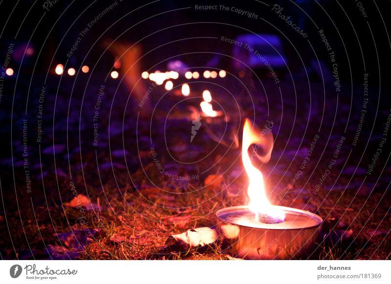 fackelkette Farbfoto mehrfarbig Außenaufnahme Experiment Menschenleer Abend Dämmerung Nacht Licht Silhouette Unschärfe Schwache Tiefenschärfe Zentralperspektive