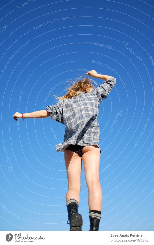 blau sein Tanzen feminin Junge Frau Jugendliche Gesäß Beine Hemd langhaarig Punk atmen drehen Blick Spielen leuchten außergewöhnlich blond authentisch hell