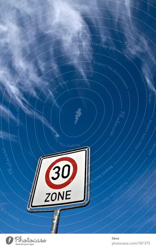 Tempo 30 Zone Farbfoto Außenaufnahme Menschenleer Textfreiraum rechts Textfreiraum unten Textfreiraum Mitte Tag Froschperspektive Weitwinkel Himmel Wolken