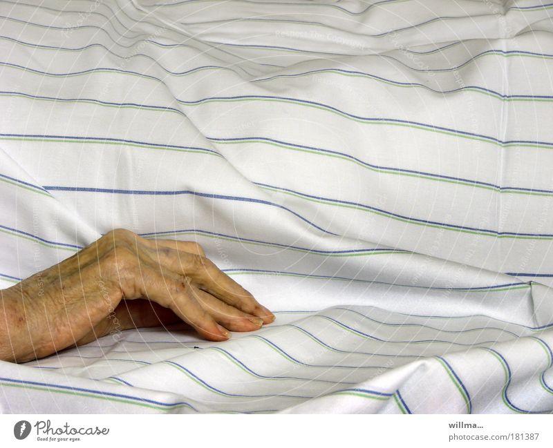 Hand einer Seniorin auf Krankenbett im Pflegeheim Alter Krankheit Gesundheitswesen Krankenpflege Bettdecke Altersversorgung Seniorenheim Seniorenpflege