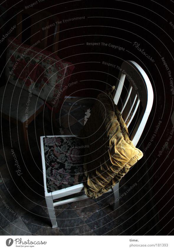 Vor dem letzten Umzug Einsamkeit dunkel Holz Farbstoff Raum Platz Stuhl Stoff gemütlich Nostalgie Lack Kissen Textilien Stuhllehne Möbel halbdunkel