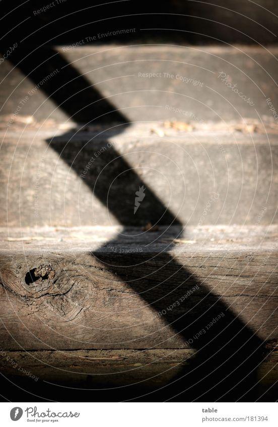 mittendurch alt dunkel Holz Linie Treppe Zeichen aufwärts diagonal abwärts eckig quer Lichteinfall Zickzack