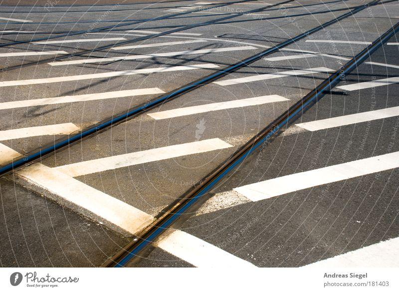 Ab durch die Mitte weiß schwarz Straße grau Linie Straßenverkehr Design Schilder & Markierungen Verkehr Güterverkehr & Logistik Streifen Gleise Hinweisschild Verkehrswege Autofahren chaotisch