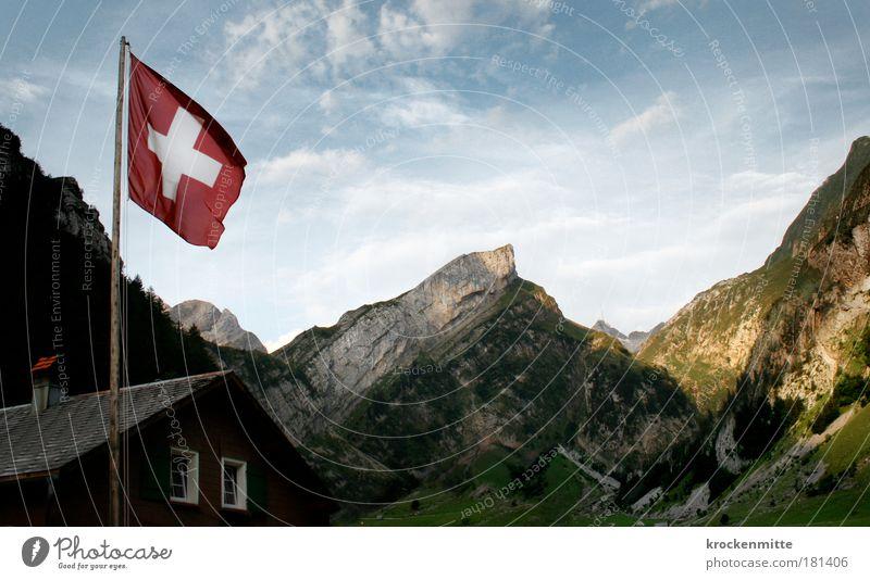 ein Grüezi aus der Schweiz Natur Sommer Haus Wolken Fenster Berge u. Gebirge Landschaft Felsen Fahne Dach Schweiz Bauernhof Hügel Gipfel Schornstein