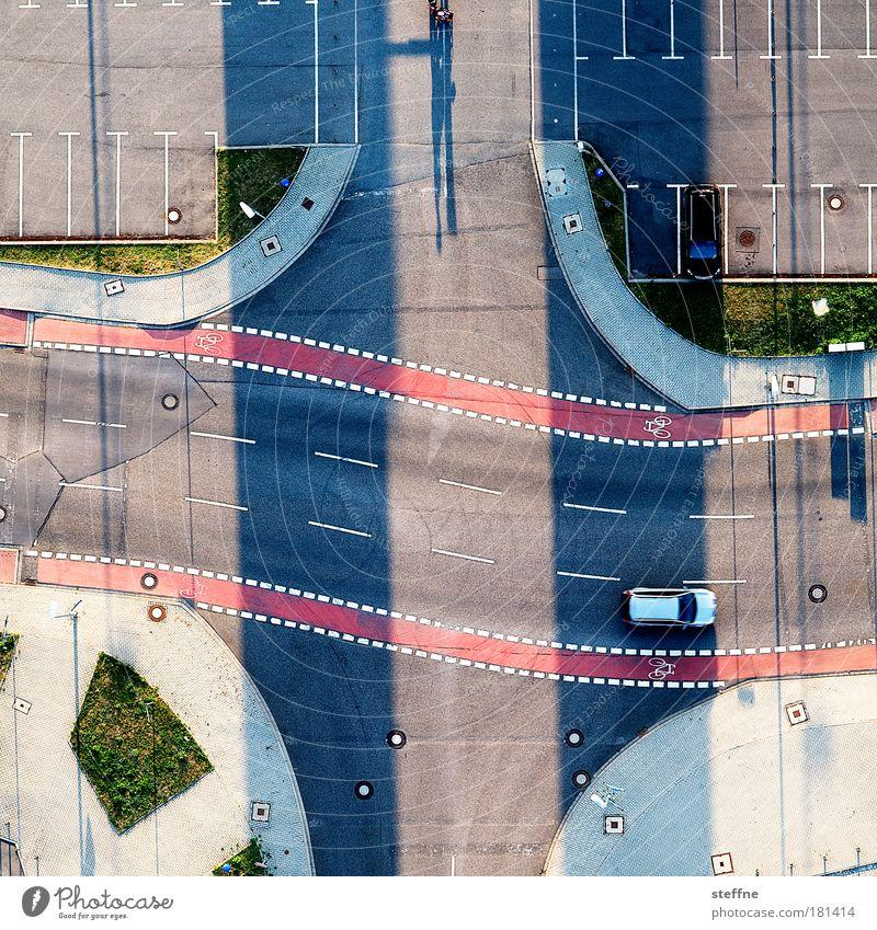 Verkehrsüberwachung Farbfoto Außenaufnahme Stadt Verkehrswege Straßenverkehr Autofahren Straßenkreuzung Parkplatz PKW Ballone Überwachung