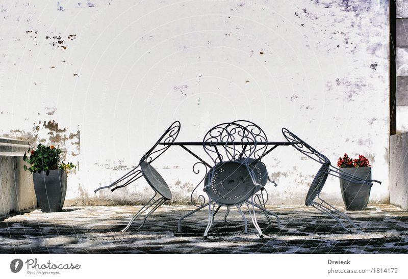 skat ab dreiviertel 6 Möbel Stuhl Tisch Mauer Wand Fassade Balkon Terrasse Garten Stein Metall grau silber weiß Farbfoto Außenaufnahme Tag Licht Schatten