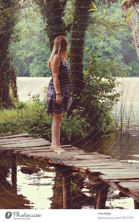 Spaziergang durchs Paradies Mensch Frau Natur Jugendliche Sommer grün Junge Frau Wasser Landschaft Einsamkeit 18-30 Jahre Erwachsene Umwelt Frühling feminin