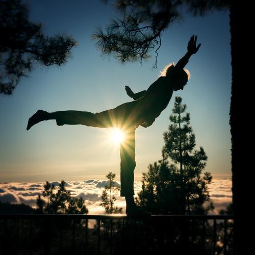 Take off Mensch Himmel Ferien & Urlaub & Reisen Jugendliche Junge Frau Erholung Wolken ruhig Ferne Berge u. Gebirge feminin Freiheit Zufriedenheit elegant Kraft