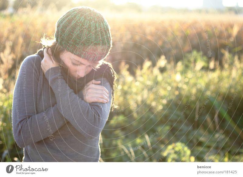 Freeze Mensch Frau Natur Jugendliche Sonne Winter Einsamkeit kalt Herbst Traurigkeit Denken glänzend Krankheit nachdenklich Trauer Erkältung