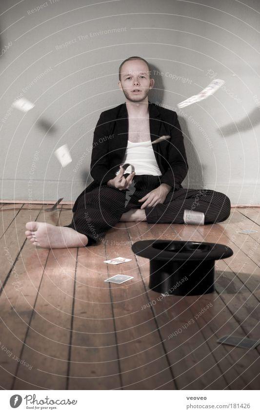 pokergesicht Jugendliche Einsamkeit 18-30 Jahre Erwachsene maskulin sitzen Anzug Langeweile Barfuß werfen Künstler Erschöpfung Zauberei u. Magie Liebeskummer Zirkus Spielkarte