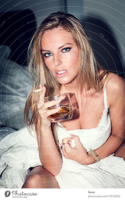 After A Hard Day At Work feminin Junge Frau Jugendliche Erwachsene 1 Mensch 18-30 Jahre blond langhaarig Erholung genießen Rauchen trinken Coolness Erotik schön