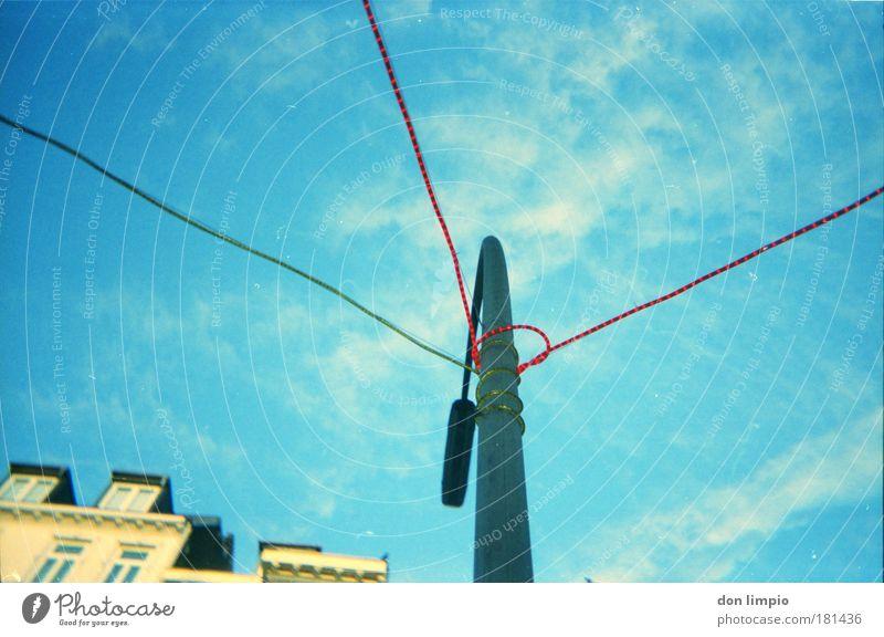 hält und leuchtet Himmel blau Wolken Haus Lampe Häusliches Leben Veranstaltung Schönes Wetter Altstadt