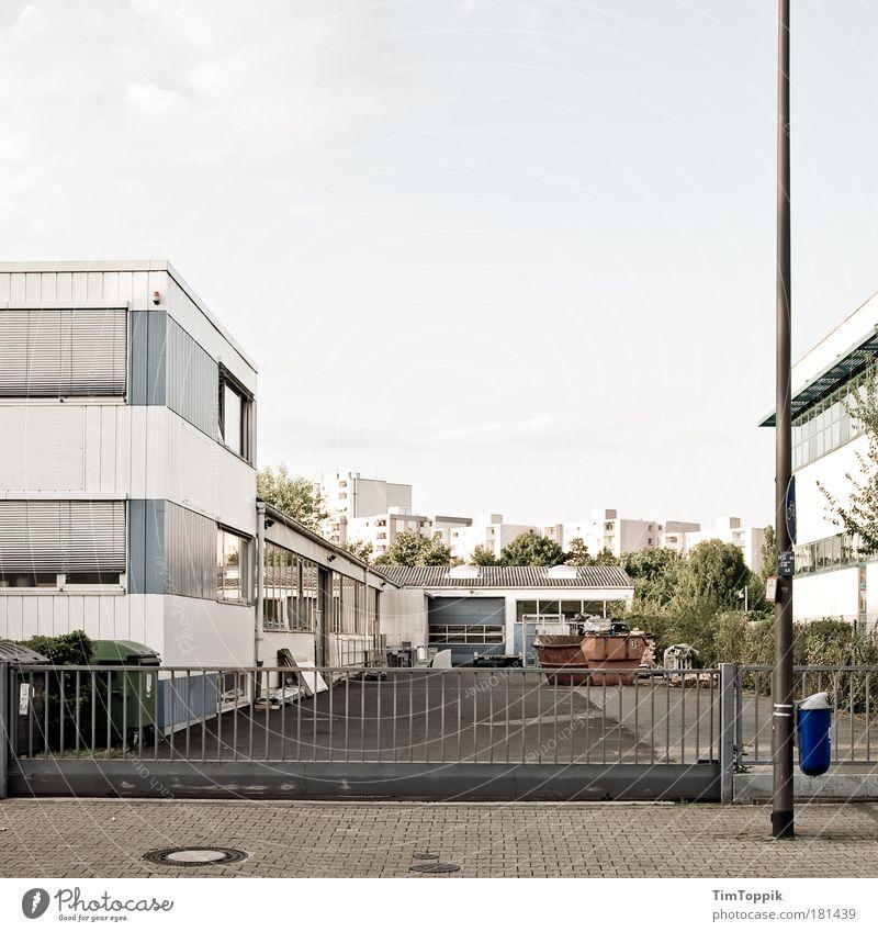 Pulsierendes Gewerbegebiet Menschenleer Stadt Stadtrand Industrieanlage Fabrik Bauwerk Gebäude Gewerbebau Industriebau Industriebetrieb Mauer Wand Dach
