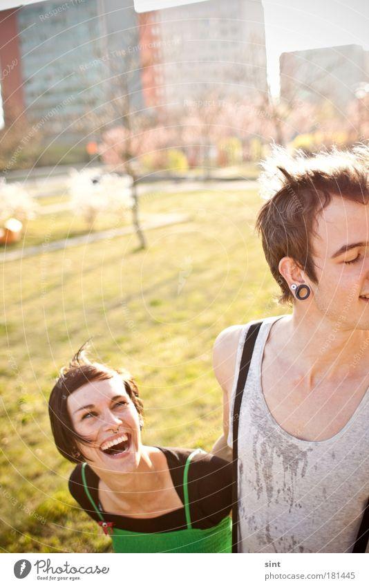 ick lieb dir IV Mensch Jugendliche Stadt Freude Liebe Porträt feminin Glück lachen Paar Park Freundschaft Zufriedenheit Zusammensein Erwachsene Schmuck