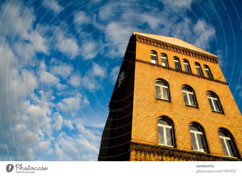 Wiederholung Himmel Sommer Haus Wolken Berlin Fenster Architektur Fassade Macht Backstein Etage Altbau Bürogebäude Cirrus Monolith