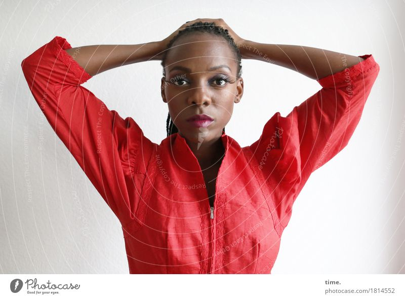 . feminin Frau Erwachsene 1 Mensch Kleid schwarzhaarig langhaarig beobachten Denken festhalten Blick warten schön rot selbstbewußt Coolness Kraft Willensstärke
