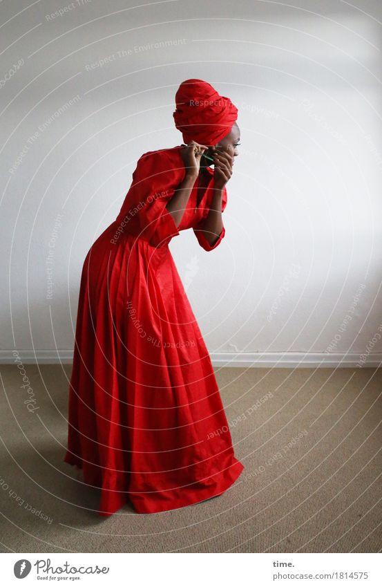 . Raum feminin Frau Erwachsene 1 Mensch Kleid Schmuck Kopftuch festhalten stehen ästhetisch schön rot Willensstärke Leidenschaft Wachsamkeit geduldig ruhig