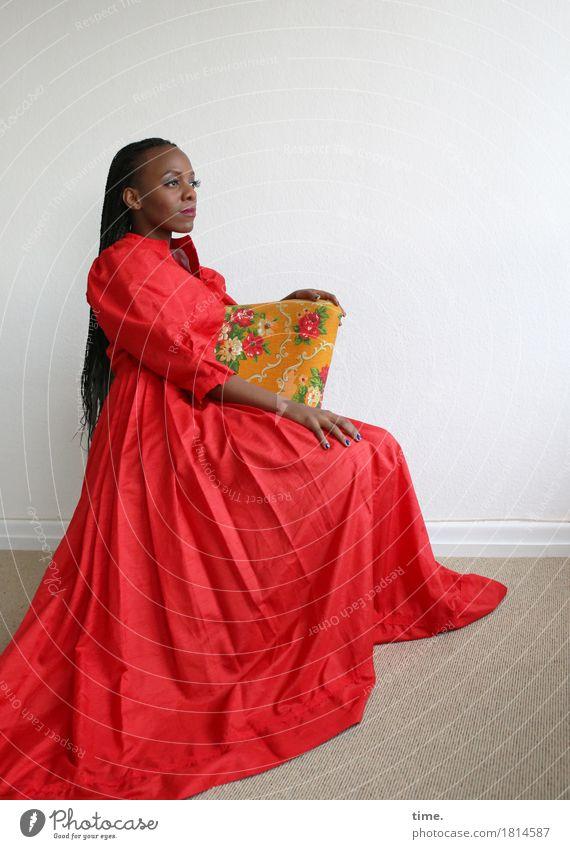. Sessel Raum feminin Frau Erwachsene 1 Mensch Kleid Haare & Frisuren schwarzhaarig langhaarig Rastalocken Afro-Look beobachten Blick sitzen schön Zufriedenheit