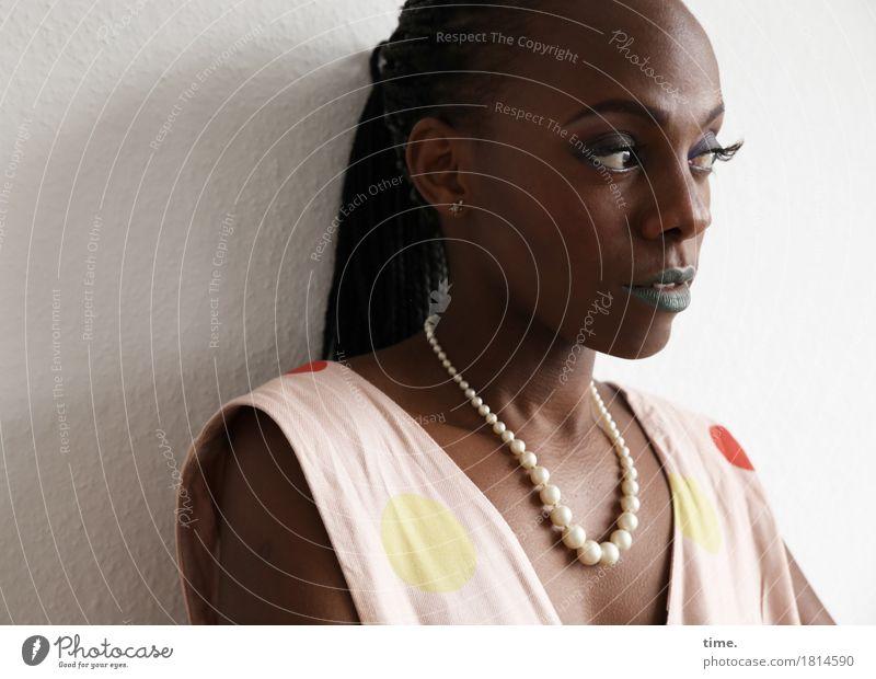 . feminin 1 Mensch Kleid Schmuck Halskette schwarzhaarig langhaarig Rastalocken beobachten Denken Blick warten ästhetisch elegant Neugier schön Gefühle