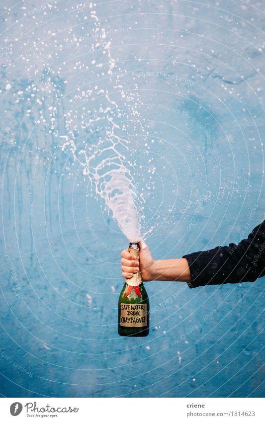 Sparen Sie Wasser trinken Champagner Getränk Erfrischungsgetränk Alkohol Sekt Prosecco Flasche sparen Hand lustig nachhaltig Alkoholkonsum Party Geplätscher Öko