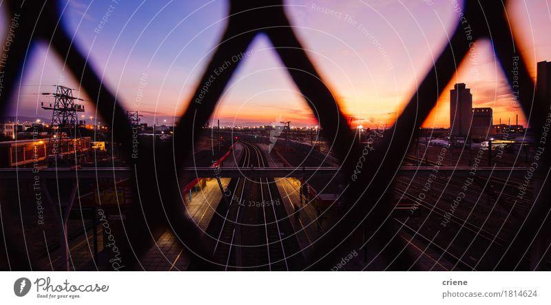 Sehen Sie durch eine Brücke über Zuggleise im Sonnenaufgang an Ferien & Urlaub & Reisen Stadt dunkel Wege & Pfade Tourismus Verkehr Ausflug Abenteuer Eisenbahn