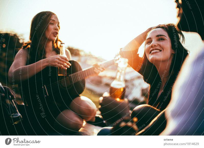 Freunde, die Picknick haben und Musik hören, spielten auf Gitarre Jugendliche Sommer Freude Lifestyle Garten Feste & Feiern Menschengruppe Party Zusammensein