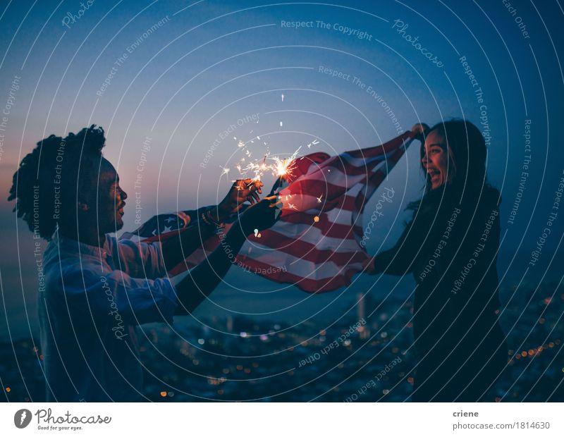 Afrikanischer Mann und Mädchen, die mit USA-Flagge und -sparkler feiern Mensch Frau Stadt Freude Erwachsene Lifestyle lachen Freiheit Feste & Feiern