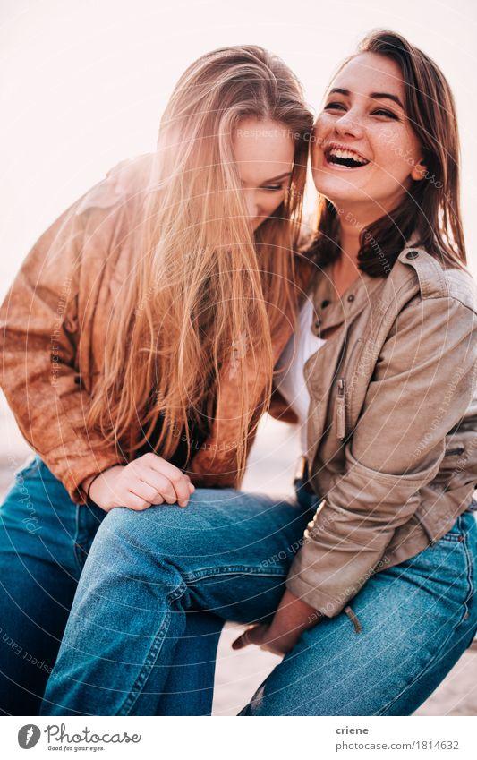 Beste Freunde, die Spaß zusammen auf dem Strandlachen haben Mensch Jugendliche Junge Frau Sonne Erholung Freude Erwachsene Lifestyle Glück Freiheit Paar