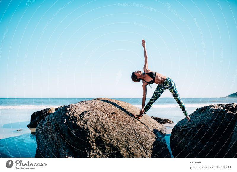 Geeignete Afrikanerin, die Yogaübung auf Felsen durch den Strand tut Mensch Frau Jugendliche blau Junge Frau Wasser Meer Erholung Erwachsene Sport Lifestyle