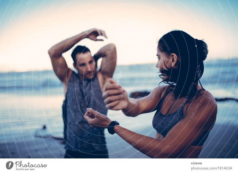 Das Eignungspaar, das Ausdehnungen tut, before, das Training anfangend Mensch Frau Jugendliche Mann Junge Frau Junger Mann Meer Erholung Strand Erwachsene Sport