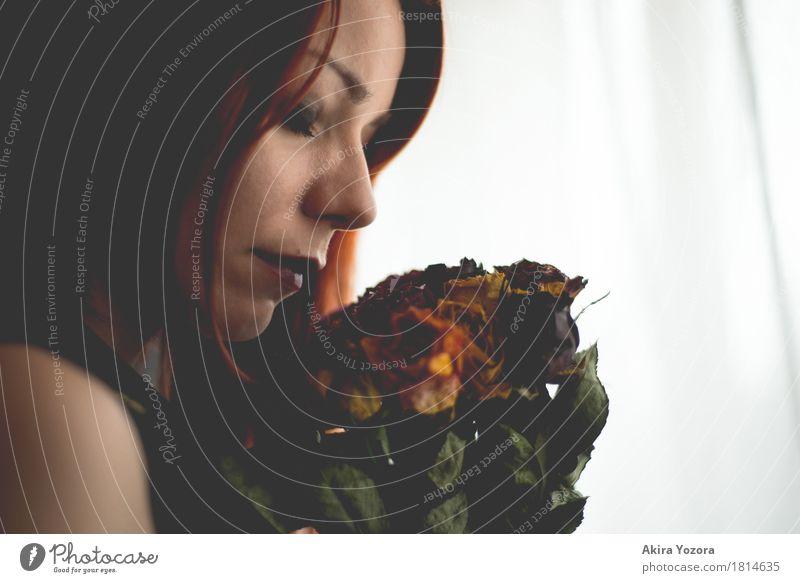 withered love Mensch feminin Frau Erwachsene 1 18-30 Jahre Jugendliche Blume Blatt Blüte Rose rothaarig berühren verblüht dehydrieren dunkel grün orange schwarz