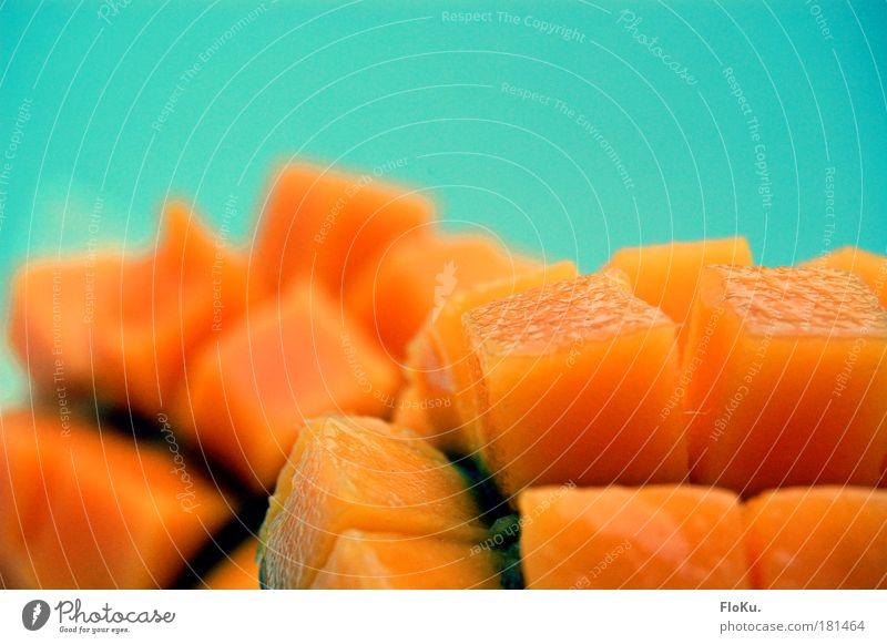 Mango Landschaft Farbfoto Nahaufnahme abstrakt Menschenleer Textfreiraum oben Unschärfe Lebensmittel Frucht Ernährung Gesundheit blau Vitamin süß orange Würfel