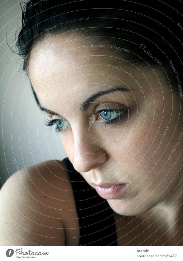 Blick ins Leere Frau Mensch Jugendliche blau Auge Einsamkeit feminin Gefühle träumen Kopf Traurigkeit Stimmung Haut Erwachsene leer Gesicht